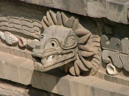 Teotihuacan_11_templo_de_Quetzalcoatl_cabeza_de_serpiente_emplumada