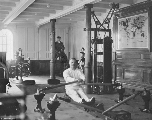 Titanic Gimnasio 1912. TW McCawley, educador físico o entrenador en una máquina de remo y electricista William Parr en un camello mecánico.