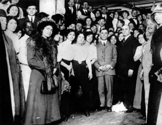 Isaac Harris (centro) y Max Blanck (derecha) dueños de la fábrica Triangle Shirtwaist con las trabajadoras en 1910