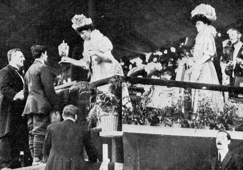 la-reina-alejandra-de-inglaterra-entrega-el-trofeo-a-dorando-pietri-segundo-en-la-maratc3b3n-de-los-juegos-olc3admpicos-de-londres-1908