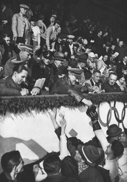Adolf Hitler y Joseph Goebbels firman autógrafos a miembros del equipo canadiense de patinaje artístico durante las Olimpíadas de invierno.