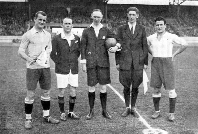 Final_football_Argentina_vs_Uruguay_Olympics_1928.jpgcapitanes de Uruguay y Argentina