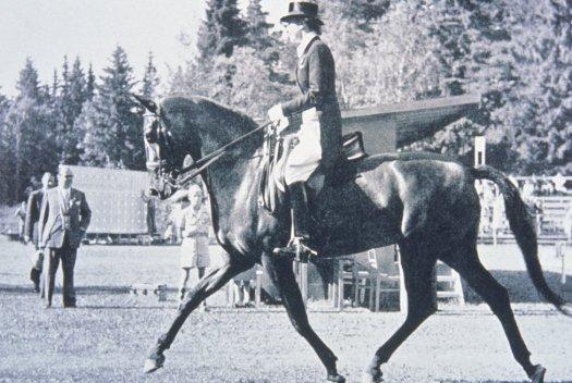 hípica femenina se incluyó en los JJOO de Helsinki, Finlandia, en 1952. Lis Hartel, de Dinamarca, la primera mujer que ganó una medalla por esta especialidad.