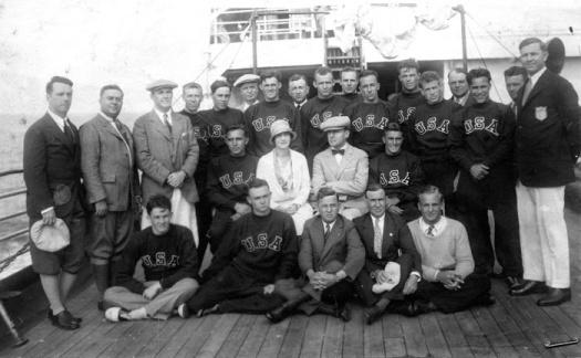MacArthur,sentado y con pajarita, junto con los deportistas norteamericanos en el viaje a Ámsterdam a bordo del Roosevelt