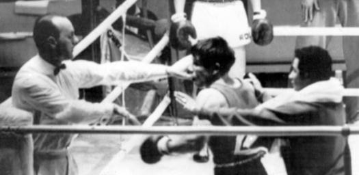 treinador-segura-valentin-loren-boxeador-espanhol-apos-ser-desclassificado-tentou-agredir-o-arbitro-1316552663835_615x300