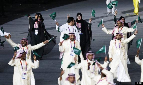 CDA128. LONDRES (REINO UNIDO), 27/07/2012.- La judoka Wodjan Ali Seraj Abdulrahim Shaherkani de Arabia Saudí desfila con su delegación hoy, viernes 27 de julio de 2012, durante la ceremonia de inauguración de los Juegos Olímpicos Londres 2012 en el Estadio Olímpico en Londres, Reino Unido. EFE/JONATHAN BRADY
