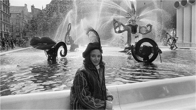Niki de Saint Phalle frente a su fuente del Centro Pompidu