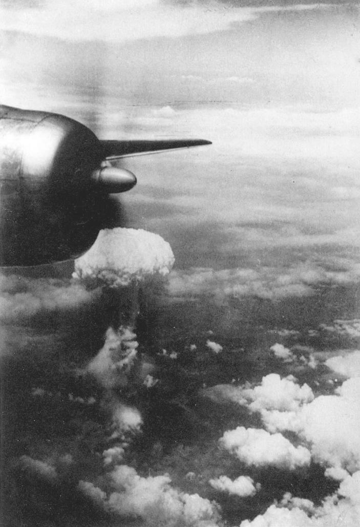 Nube de hongo fotografiada desde uno de los B-29 que acompañaron al Enola Gay